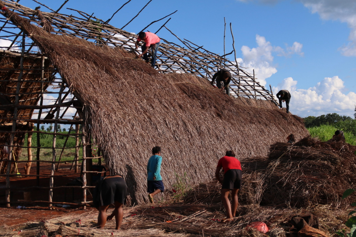 Community members building a new Ceremonial House (Oga Pysy) in Laranjeira Nhanderu (Photo: Fabiana Fernandes)