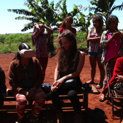 Raffaella Fryer-Moreira shows 360 video footage to Guarani and Kaiowá shamans on VR headset (Photo: Fabiana Fernandes)