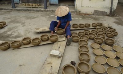 Kinh potter smooting and enlarging small cooking pots (niêu) in Thanh Hà village (Photo: Cécile de Francquen)