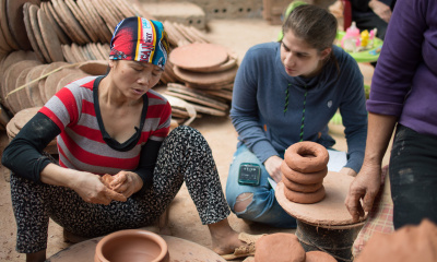 Cécile de Francquen interviewing a potter in Phù Lãng. (Photo: Noël-Tiến NGUYEN-THE)