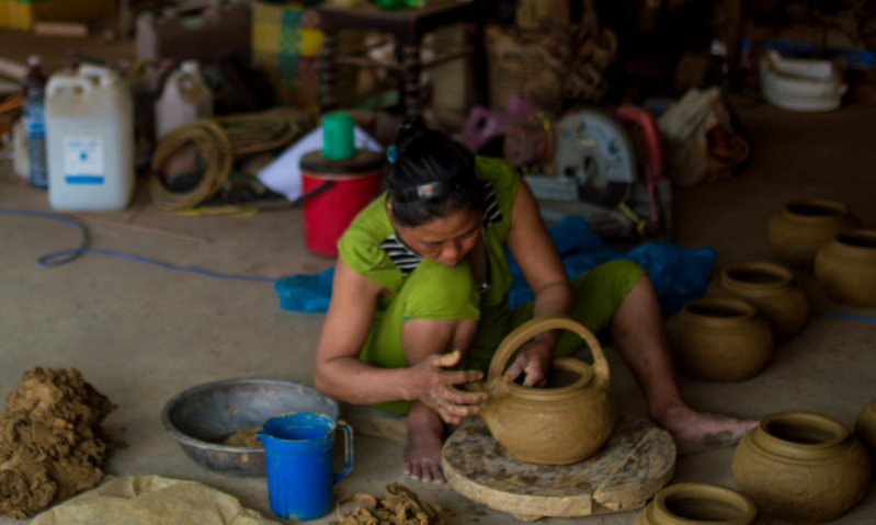 Kinh potter adding elements to her kettle (ấm nấu nước) in Quế An village (Photo: Noël-Tiến NGUYEN-THE)