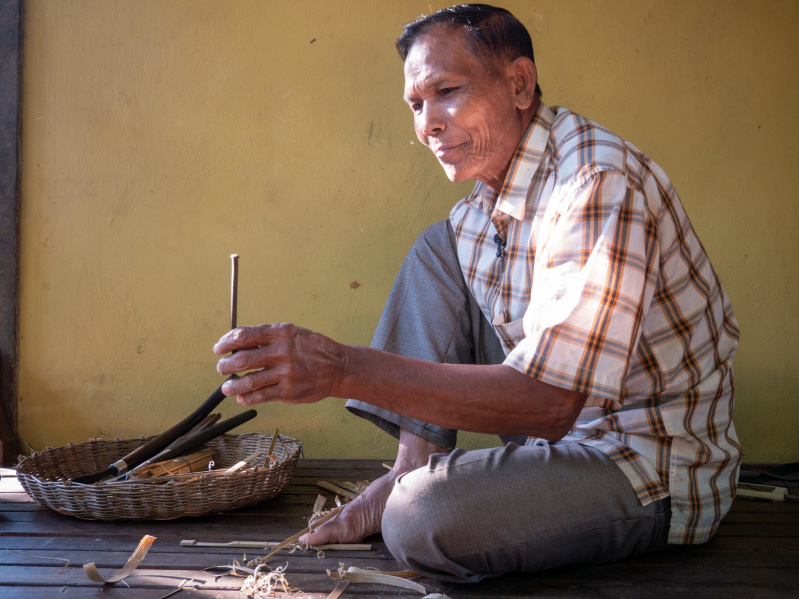 KRAK Chi making Angkuoch Russey (bamboo Jew's harp). Photo: Catherine Grant, 5 January 2020.